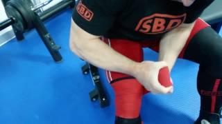 видео Бинты для приседаний. Техника бинтование колена.