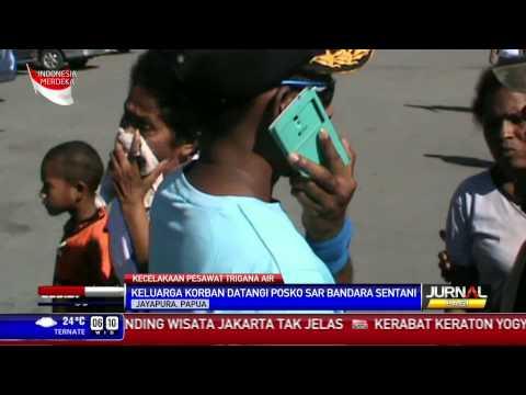 Keluarga Korban Trigana Air Terus Mendatangi SAR Bandara Sentani