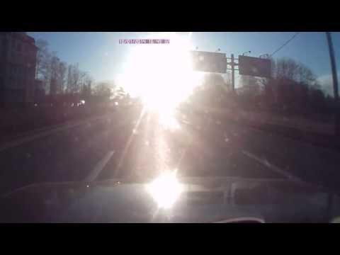 Ослепленный солнцем водитель попал в аварию