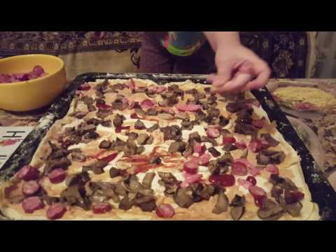 Есения готовит пиццу