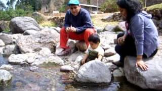 En el campo - tirando piedras al rio en Acochaca - Canta