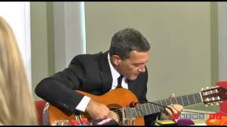 Антонио Бандерас играет на гитаре в банке в Алматы - видео Руслана Канабекова