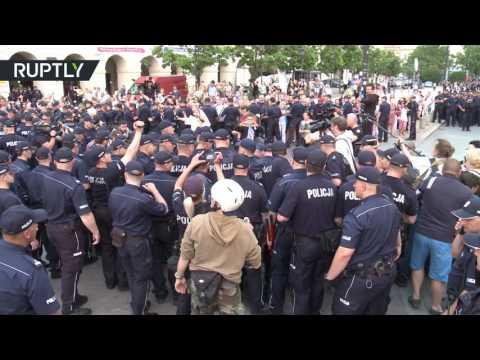 Polish police forcibly remove anti-govt protesters blocking 2010 plane crash commemoration march