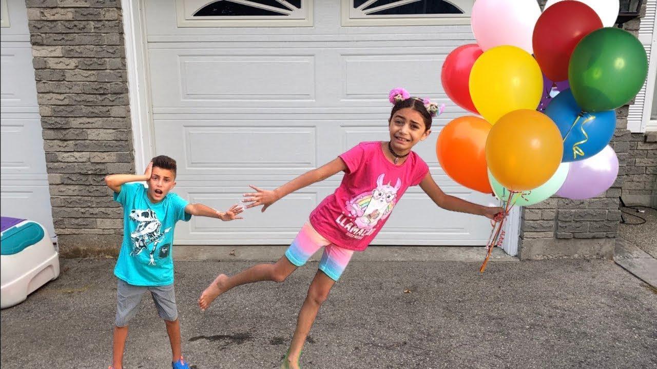 Heidi dan Zidane bermain di seluncuran tiup dengan balon | Belajar Warna Dengan Balon