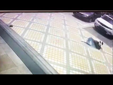 Luis Treviño - Pesa De Cae De Un Edificio Y Golpea Mujer En La Cabeza!