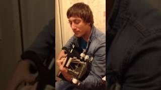 Парень красиво поет под гитару