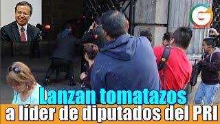 Lanzan tomatazos a líder de diputados del PRI en CDMX
