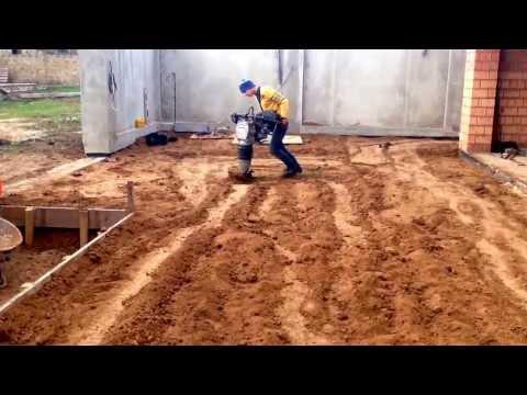 Трамбовка глины виброногой и виброплитой