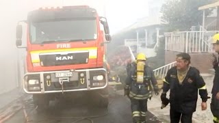 Repeat youtube video Simon's Town house on fire as peninsula wildfire closes in