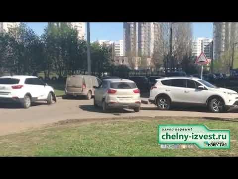 Шок! Неадекватный водитель протаранил 12 машин во дворе Челнов!