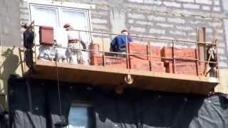 Приклеивание утеплителя ЕВРОТИЗОЛ(Рабочий наносит клей на утеплитель ЕВРОТИЗОЛ и приклеивает его к стене. Место действия ЖК Грибоедовский..., 2014-05-03T13:05:58.000Z)
