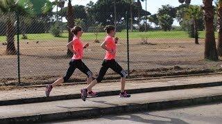 Anna und Lisa Hahner laufen 1000er im Trainingslager in
