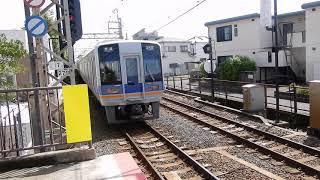 南海本線 蛸地蔵駅2番ホームから1000系普通が発車 1番ホームを1000系空港急行が通過