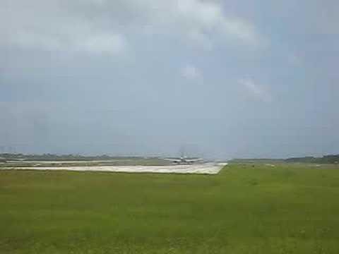 下地飛行練習場。これから飛び立つジェット機(後方)