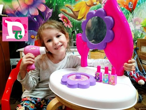 Даша и набор парикмахера в виде цветочка. Она хочет быть парикмахером.