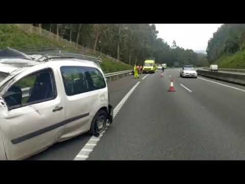 Tres heridos al salirse de la vía un coche y dar varias vueltas de campana en Barro