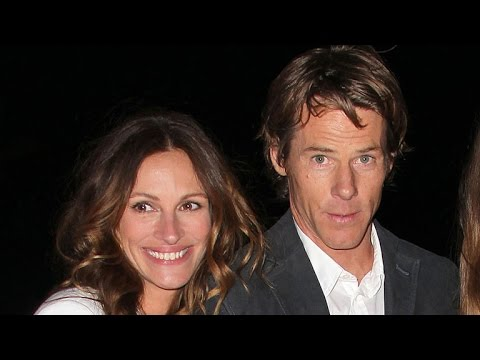Julia Roberts and Husband Danny Moder Sweetly Kiss on the Beach  See the PDA Pic!