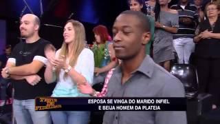 Teste de Fidelidade - Esposa furiosa beija homem da plateia