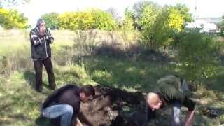 Горькие кадры войны: Родственники раскапывают могилу ополченца, чтобы опознать и перезахоронить его