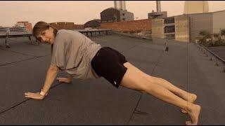 Fitness-Stunde mit Anna – Liegestütze, Kniebeuge, Sit-Ups
