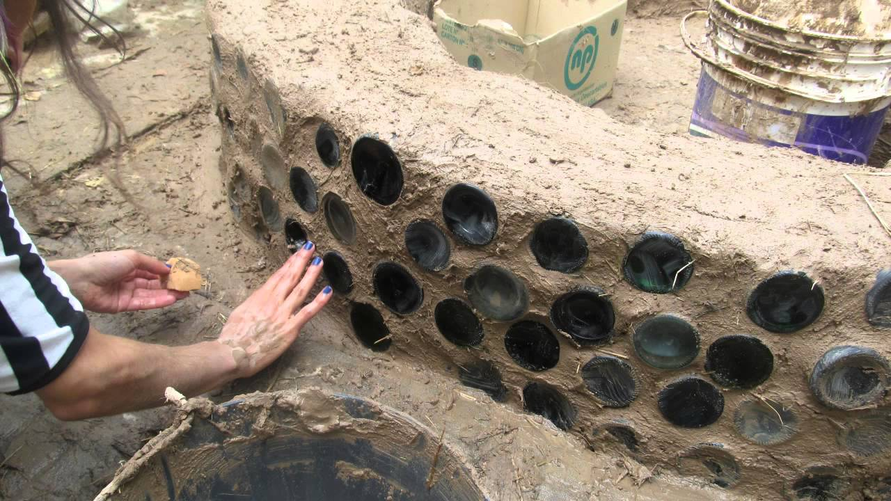 Permarainbow cantero de adobe con botellas recicladas for Canteros con piedras y plantas