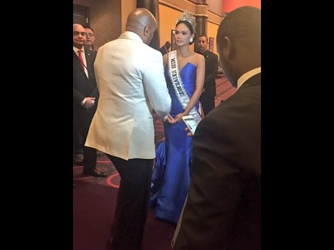 Steve Harvey Host of Miss Universe Pageant 2015 apologizing to Pia Wurtzbach