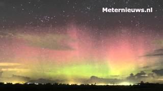 Noorderlicht ( aurora borealis) kleurt de hemel boven Noord Nederland