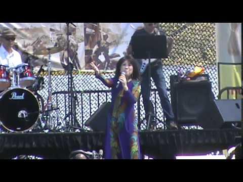 Ca sĩ Thanh Thúy khóc khi hát bài Một Chút Quà Cho Quê Hương