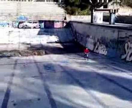 Caida con la bici en las piscinas de castellnou youtube for Piscina miami granada