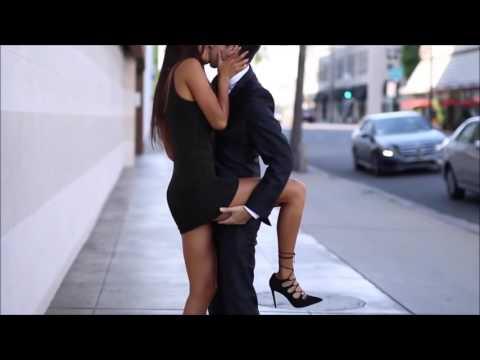 Baciare sconosciute per strada.