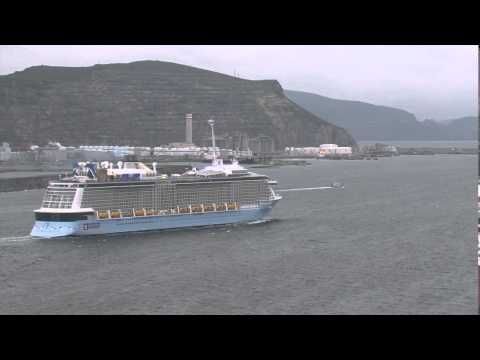 El 'Anthem of the Seas' saliendo del puerto de Getxo.