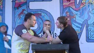 Победитель турнира по армрестлингу в борьбе с  Алексеем Воеводой