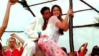 Kareena Kapoor and Akshay Kumar Enjoying