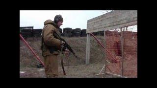 фронтальная стойка с оружием