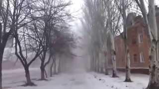 Горловка обстрел центра города видео попадание снаряда в дом