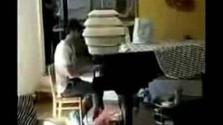 アアルト自邸でアイノのピアノを弾く青年