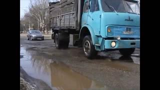 Знаменитые днепровские ямы на дорогах. И тротуары не лучше