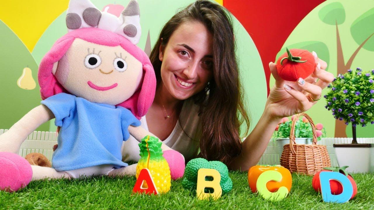 Oyuncak bebek Smarta Sevcan ile harfleri öğreniyor. Eğitici video.