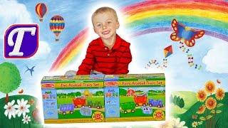 Максим Роздруковує 2 Набори Іграшок з Поїздами і Тваринами Вчить Англійську Мову Розвиваюче Відео