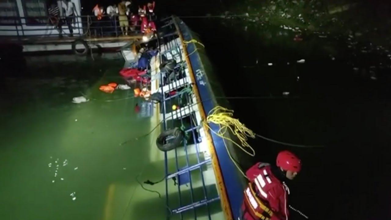 Download 8 dead, 7 missing after passenger ship overturns in SW China