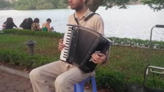 accordion Nhạc Nga dạo vỉa hè Bờ Hồ
