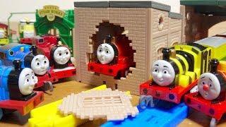 カプセルプラレール きかんしゃトーマス はやいぞ!赤いきかんしゃ編 全18種 壊れる機関庫が楽しい☆ジェームス・はたらきばちジェームス・ロージー・エドワード・フィリップ Thomas&Friends thumbnail