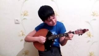 Денис Махмудов играет на домре