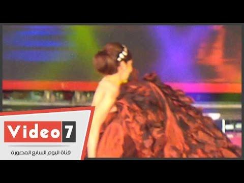 اليوم السابع : بالفيديو..لحظة سقوط عارضة أزياء بـ