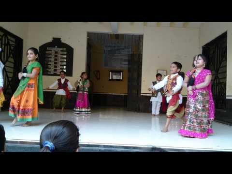 Group dance on Ude jab jab zulfen teri... song