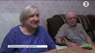 Літнє подружжя з Кривого Рогу передали свою колекцію книжок дітям Донбасу