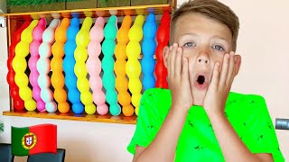 Cinco Crianças - As crianças brincando com balões