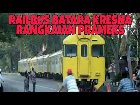 Railbus Prameks Batara Kresna memasuki Jalan Slamet Riyadi Solo