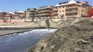 Ostia, la sabbia del porto per il ripascimento della spiaggia libera: è polemica