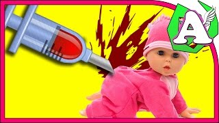 Играем в доктора. Настоящий укол на куклах. Укол в попу. Все в крови.